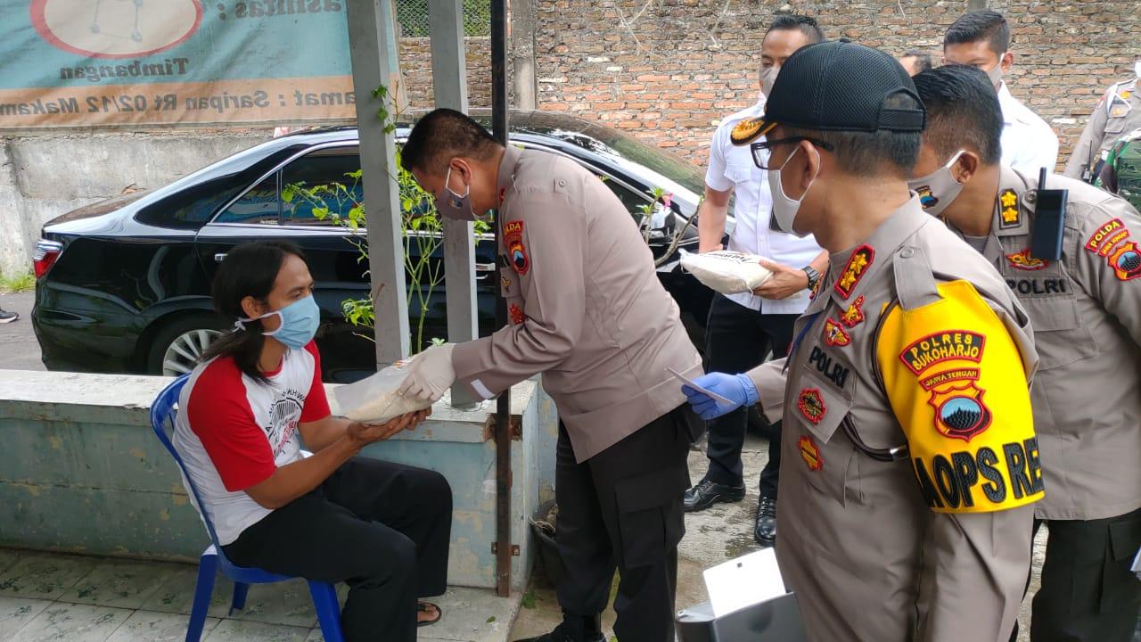 Kapolda Jateng Bakti Sosial,Bagi Sembako Di Kartasura-Sukoharjo,Bukti Kecintaan Polri & TNI Kepada Masyarakat