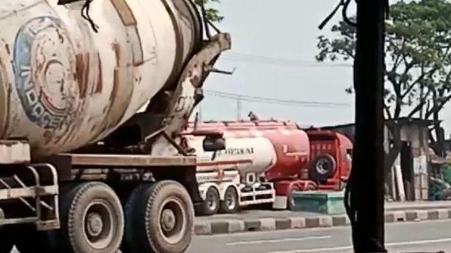 Supir Truk Tangki Pertamina Ngompol alias Kencing BBM Kepergok LSM di Jalan Raya By Pass Krian