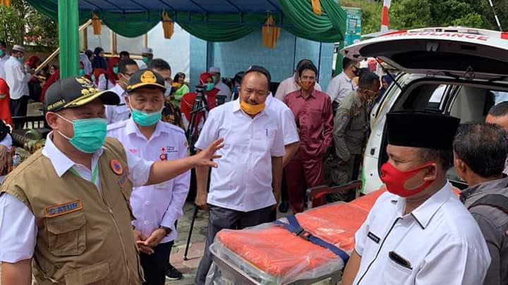 Bupati Kampar Serahkan 2 Unit Ambulan Untuk 2 Desa di Gunung Sahilan